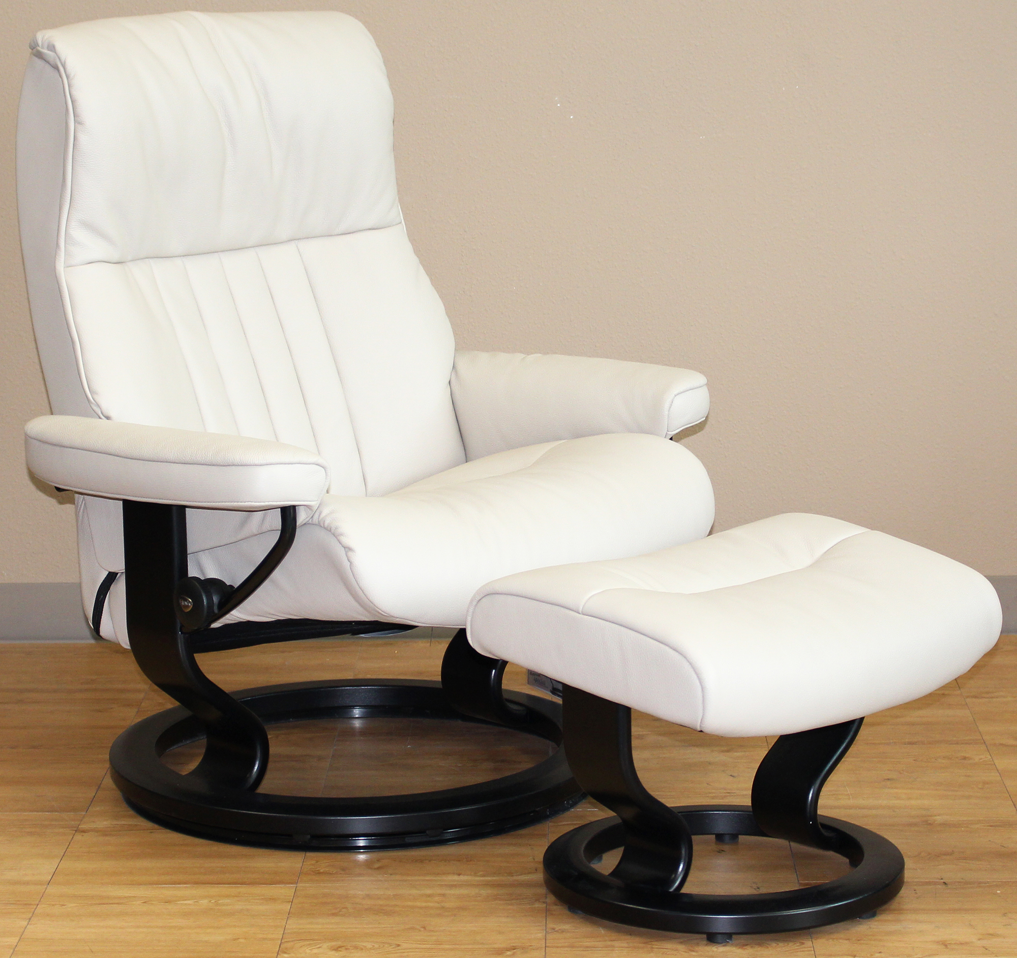 Stressless crown cori vanilla white leather recliner chair for Stressless chair