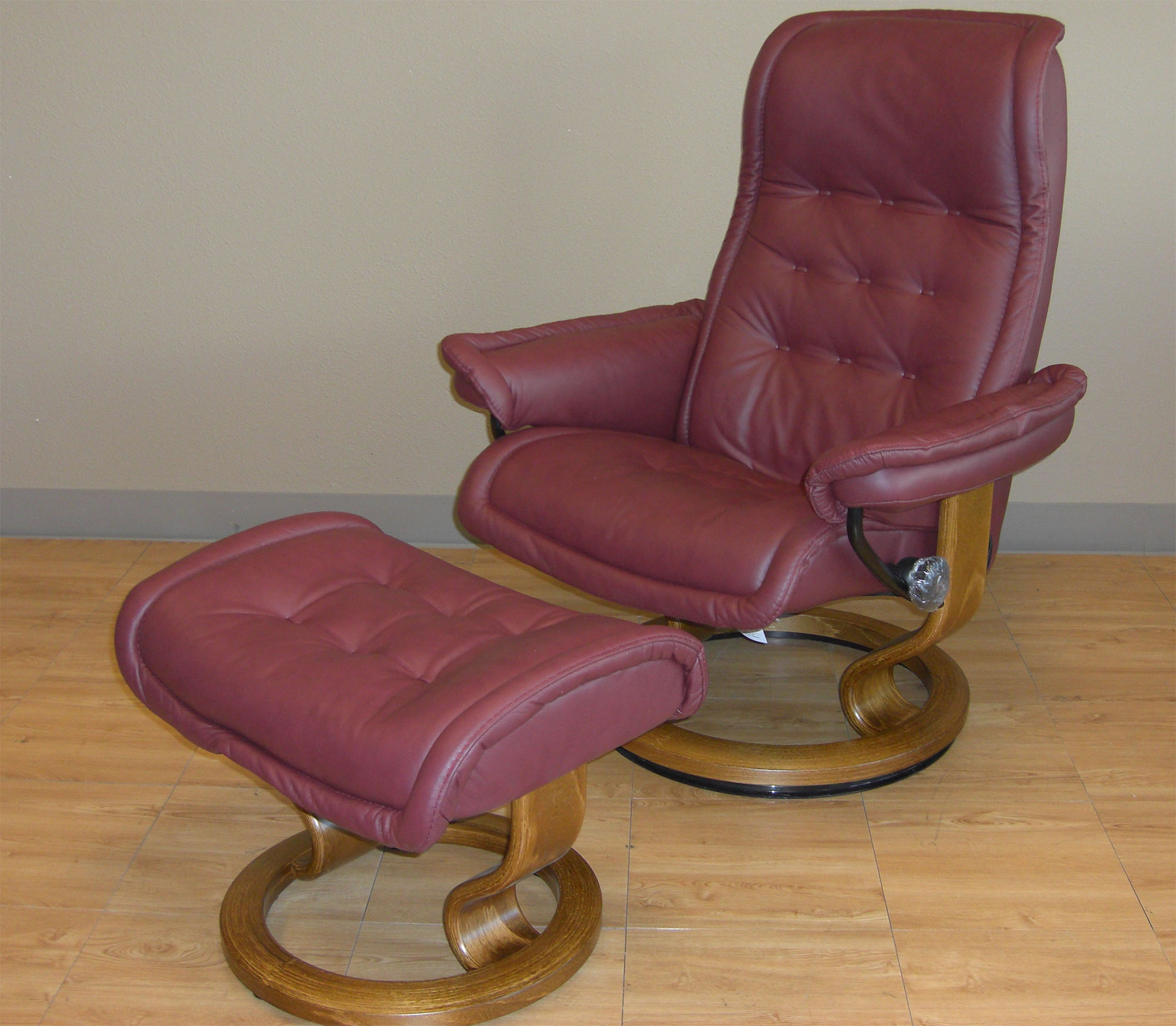 stressless paloma new winered 09427 leather by ekornes stressless paloma new winered 09427. Black Bedroom Furniture Sets. Home Design Ideas